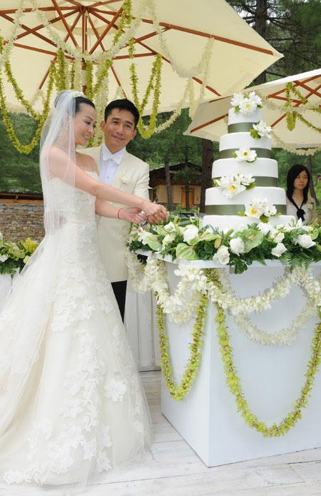 Ms Carina Lau with groom Tony Leung, dressed Vera Wangs gown in 2008